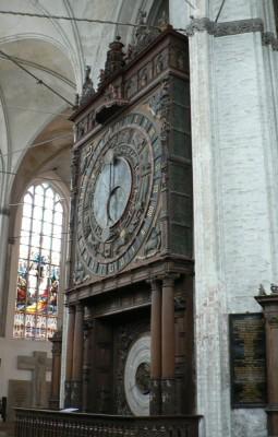 Astronomska ura v Marijini cerkvi. Menda zna do leta 2017 pokazati datum velike noči, potlej bo pa treba zamenjati številčnico (prejšnjič so jo zamenjali leta 1885).