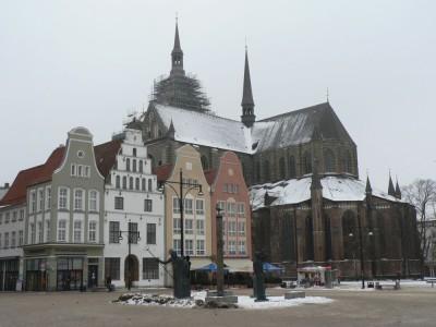 Novi trg (glavni mestni trg) z Marijino cerkvijo v ozadju. Cerkev je nekoliko zaodrana, ampak morda jo bodo do mojega odhoda razodrali, da jo bom lahko slikal v vsem njenem sijaju.