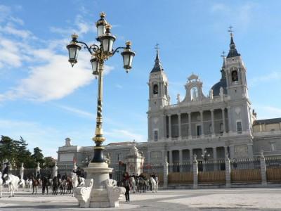 Stolnica Almudena in jezdeci pred kraljevo palačo