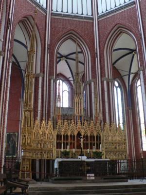Glavni oltar iz okrog leta 1300, ki naj bi bil najstarejši krilni oltar na svetu