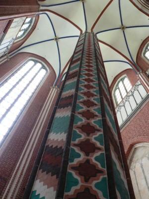Steber, ki je menda poslikan v vzhodnjaškem slogu