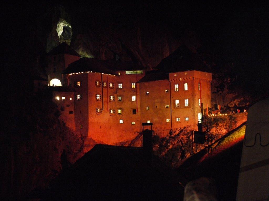 Dvorci koje verovatno nikada nećete posedovati - Page 2 2010-07-17-Slovenija-Predjama-Predjamski_grad