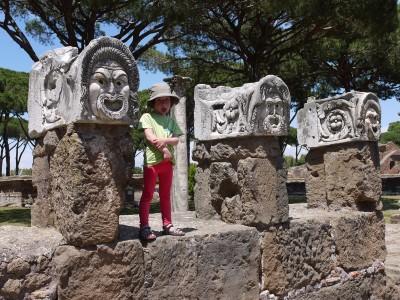 Še bolj pa nam je bila všeč Ostia Antica, starodavno rimsko pristanišče, ki je ogromno in lepo ohranjeno (fotka ni posebej reprezentativna, se je pa lepo posrečila).