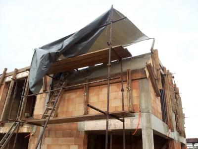 Betoniranje poševne plošče nad mansardo - mojstri pravijo, da je zaradi drsenja betona zoprno.