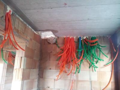 Cevi za elektriko pred ulivanjem plošč nisem uspel slikati, ampak pogled na mesto, kjer bo ena od električnih omaric, je zgovoren.