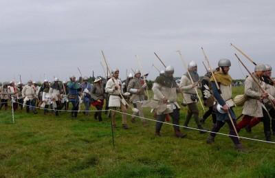 Angleška vojska prihaja na prizorišče.