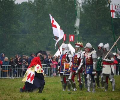 Angleški glasnik poroča Henriku V. Ta mirni rešitvi - vsaj taki, ki bi ustrezala Francozem - ni naklonjen.
