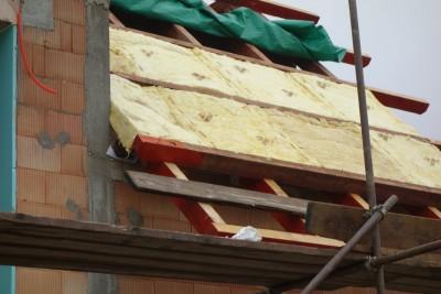 Polagaje izolacije na poševni del strehe