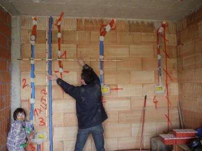 Fotografiranje električnih napeljav z merilnima palicama, ki ju je poslikal podmladek (ki tule ugotavlja, da so cevi lahko tudi troblje)