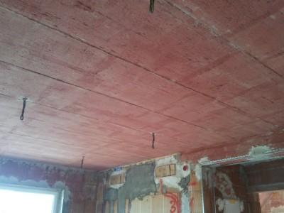 Strop, premazan z ljubko rožnato emulzijo