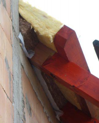 Izolacija poševnega dela strehe (Plasti sta različni, ker zidarji material radi kupujejo v zadnjem trenutku in potem ne dobijo točno takega, kot bi bilo treba - to je grda navada, ki sem jo opazil že več kot enkrat.)