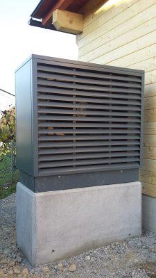 Zunanja enota toplotne črpalke (skrita za lopo, o kateri saga je tudi v pripravi)
